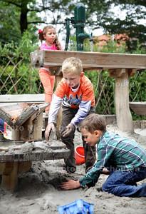 Bij stadsboerderij Gagelhoeve aan de Mient kunnen kinderen voortaan spelen in een hut, kliederen met water en zand en door een tunnel van wilgentakken kruipen. Wethouder Boudewijn Revis (Segbroek) opent deze groene en veilige speelplek. vlnr Hailey, Mark en Connor vermaken zich prima - DEN HAAG 26 JUNI 2013 - FOTO NICO SCHOUTEN