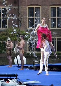 Dans en muziekvoorstelling Grimm op Hofvijverpodium door DeDDDD (De Dutch don't dance devision) en het Residentie Orkest - DEN HAAG 21 JUNI 2013 - FOTO NICO SCHOUTEN