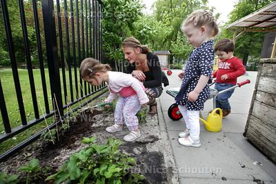 De ukken van kinderdagverblijf Plukkebol spelen in een mini-moestuin. Deze is vorige week aangelegd en heeft een paar tomaten-en aarbijenplantjes - DELFT 17 JUNI 2013 - FOTO NICO SCHOUTEN