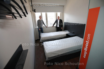 Lucas Drewes (r) en compagnon van easyHotel, in proefkamer van het nieuwe hotel in de stad - DEN HAAG 28 MAART 2013 - FOTO NICO SCHOUTEN