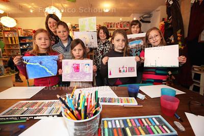 Kinderen volgen een workshop voor kinderboekenillustrator bij Silvester Boek en Spel in de Dorpsstraat - ZOETERMEER 19 MAART 2013 - FOTO NICO SCHOUTEN