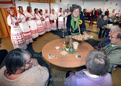 NL Doet in Zoetermeer, ontspanningsmiddag Zonnebloem voor 100 ouderen - ZOETERMEER 16 MAART 2013 - FOTO NICO SCHOUTEN