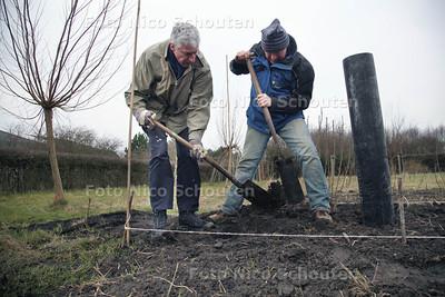 NL Doet in Zoetermeer, Wijktuin Rokkeveen, inrichten van schooltuintjes - ZOETERMEER 16 MAART 2013 - FOTO NICO SCHOUTEN