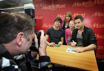 signeersessie in Media Markt Zoetermeer van Nick en Simon ter promotie van hun nieuwe single - ZOETERMEER 23 MAART 2013- FOTO NICO SCHOUTEN
