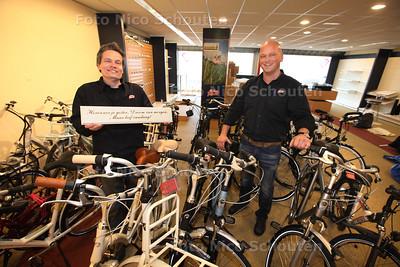 Nieuwe Eigenaar fietshandel Maurice Lieshout (l) en oude eigenaar Dennis Brand - ZOETERMEER 20 MAART 2013 - FOTO NICO SCHOUTEN