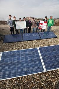 Alfrink krijgt zonnepanelen. De klas die vorig jaar de ontwerpwedstrijd Zoetermeer, duurzame stad in de toekomst heeft gewonnen, krijgt vandaag officieel de prijs: zonnepanelen en een display waarop de opgewekte energie is af te lezen - ZOETERMEER 18 MAART 2013 - FOTO NICO SCHOUTEN