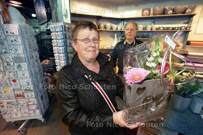 Laatste snelle inkopen voor moederdag bij winkelcentrum Meerzicht - Trudy Gould heeft een mooi bloemstuk gekocht bij Flora Project voor haar moeder - ZOETERMEER 10 MEI 2013 - FOTO NICO SCHOUTEN
