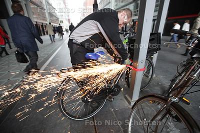 Foutgeparkeerde fietsen worden weggehaald bij het CS, onder de overkapping van het ministerie van VROM - DEN HAAG 16 MEI 2013 - FOTO NICO SCHOUTEN