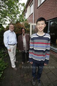 """Ryan Pao uit China, die verblijft bij een gastgezin in Zoetermeer. Op de achtergrond """"oom"""" Dinand en """"tante"""" Sheila uit Suriname - ZOETERMEER 21 MEI 2013 - FOTO NICO SCHOUTEN"""