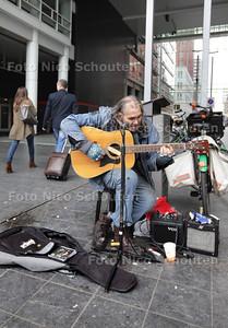 Straatmuzikant Chuck Deely. In de ochtendspits deze week zit hij op zijn vaste stek bij het CS, onder de overkapping van het ministerie van VROM. Zijn tel.nr.: 06 85168046 - DEN HAAG 16 MEI 2013 - FOTO NICO SCHOUTEN