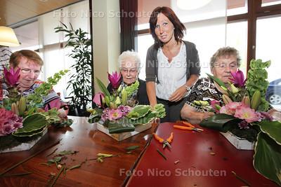 Maria van Hagen met bewoners van woonzorgcentrum HOGE VELD. Hun Lenteprijs-idee is een vaartocht door de Biesbosch - DEN HAAG 8 MEI 2013 - FOTO NICO SCHOUTEN