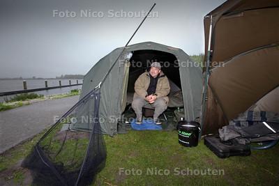 Rob Beniest zit lekker dik ingepakt langs het Noord Aa. Van een afstandje houd hij zijn twee hengels, waarmee hij karpers wil vangen, in de gaten - ZOETERMEER 21 MEI 2013 - FOTO NICO SCHOUTEN