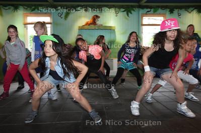 Dansende kinderen bij Vrijetijdscentrum Voorweg - ZOETERMEER 10 MEI 2013 - FOTO NICO SCHOUTEN