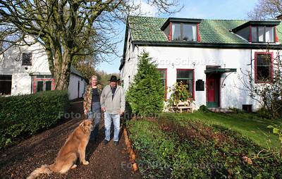 Elsje en Man(?) van Duyn bij hun woning voor Te Koop in... - DEN HAAG 21 NOVEMBER 2013 - FOTOGRAAF NICO SCHOUTEN