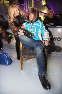 Gerard Joling maakt rondje op ijs en opent daarmee de schaatsbaan Ice Paradise - Joling bind zijn schaatsen onder. Patricia Paay spreekt hem moed in - LEIDSCHENDAM 22 NOVEMBER 2013 - FOTOGRAAF NICO SCHOUTEN