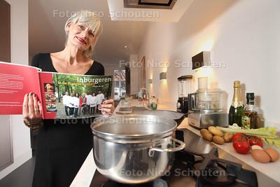 Marjan van Lier met haar nieuwe boek in haar keuken - DEN HAAG 28 NOVEMBER 2013 - FOTOGRAAF NICO SCHOUTEN