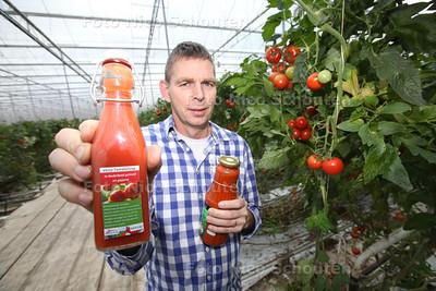 Peter Duijvestijn van Duijvestijn Tomaten met zijn eigen geproduceerde tomatensap - PIJNACKER 22 NOVEMEBR 2013 - FOTOGRAAF NICO SCHOUTEN