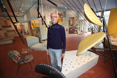 De tentoonstelling Populair Modern in het Stadsmuseum is in opbouw. Gast Curator Andre Koch - ZOETERMEER 27 NOVEMBER 2013 - FOTGRAAF NICO SCHOUTEN