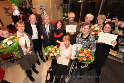 De vrijwilligers die een prijs of speld hebben gekregen bij de VIP-spelden-avond in het CKC - ZOETERMEER 28 NOVEMBER 2013 - FOTOGRAAF NICO SCHOUTEN