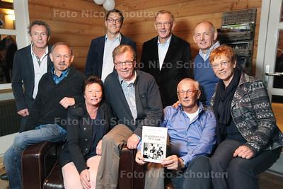 """Negen kinderen uit een bekende slagersfamilie uit Leidschendam aan de sluis (slagerij Scholtes), hebben samen een boek geschreven """"De kinderen van de Slager"""". Hun ouders zijn op jonge leeftijd kort na elkaar zijn overleden, de kinderen zijn met elkaar in het huis bleven wonen. Ieder kind heeft iets geschreven over zijn/haar herinnering over die tijd - vlnr Theo (58), Jos (63), Yvonne (61), Rob (60), Hans (66), Gerard (68), Wim (67), Ben (56), Marjo (62) - BERKEL EN RODENRIJS 24 NOVEMBER 2013 - FOTOGRAAF NICO SCHOUTEN"""