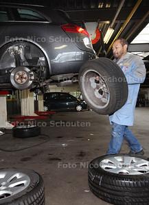 Er vallen tien ontslagen bij garage Opel van der Burg - ZOETERMEER 19 NOVEMBER 2013 - FOTOGRAAF NICO SCHOUTEN