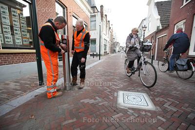 Laatste stukje Dorpstraat gepolled - Het laatste stukje van de Dorpstraat waar nog auto's kunnen rijden is nu voorzien van pollers. Binnenkort zal het afgeloten worden voor doorgaand verkeer - ZOETERMEER 27 NOVEMBER 2013 - FOTGRAAF NICO SCHOUTEN