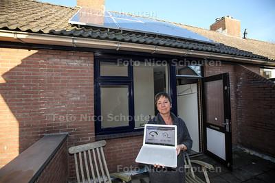 GroenLinks-raadslid Julia Williams bij haar zonnepanelen - ZOETERMEER 23 NOVEMBER 2013 - FOTGRAAF NICO SCHOUTEN