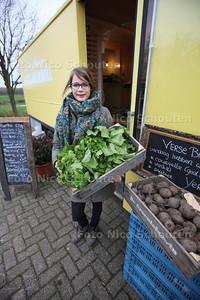 Groenteboerin Linda Duijndam voor haar aangepaste SRV-wagen met groeten - PIJNACKER 23 NOVEMBER 2013 - FOTOGRAAF NICO SCHOUTEN