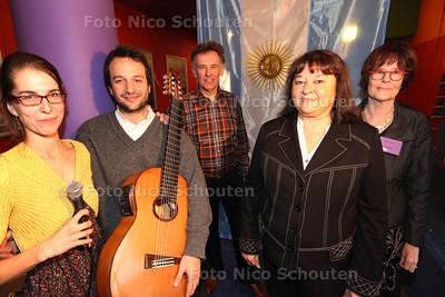 Cultureel attaché van Argentinië, mevrouw Vilma Patricia Suárez (2e v rechts), opent het Argentijns filmfestival in Utopolis. rechts voorzitter Luus Veeken, middden Peter Uiterdijk (bestuur) links een argentijns tango duo - ZOETERMEER 17 NOVEMBER 2013 - FOTOGRAAF NICO SCHOUTEN
