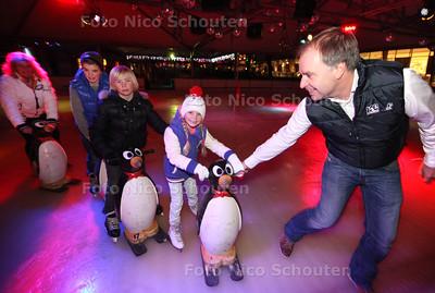 René Bogaart met zijn gezin op zijn ijsbaan, die voor vrijdag de 10e keer open gaat - LEIDSCHENDAM 20 NOVEMEBR 2013 - FOTOGRAAF NICO SCHOUTEN