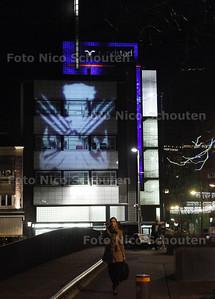 WILD BEAMEN WOLVERINE - Op de Grote Markt worden dia's geprojecteerd op het Randstadgebouw - DEN HAAG 19 NOVEMBER 2013 - FOTGRAAF NICO SCHOUTEN