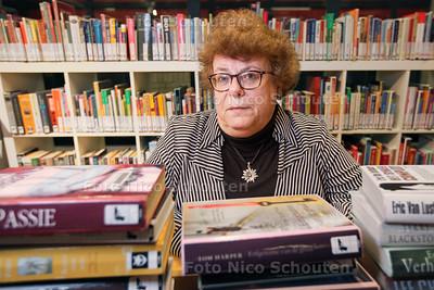 Mevrouw Groenheyde al 50 jaar lid is van Zoetermeerse Biblotheek - ZOETERMEER 28 NOVEMBER 2013 - FOTOGRAAF NICO SCHOUTEN
