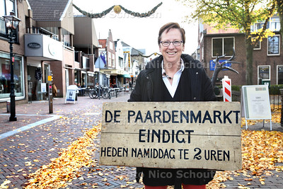 Joke de Kler in de Dorpsstraat, op de plek waar de Paardenmarkt vroeger was - ZOETERMEER 23 OKTOBER 2013 - FOTOGRAAF NICO SCHOUTEN