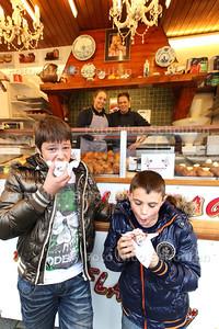 Een 10+ geven Tonie (l) en Quinten voor de oliebol die zij gekocht hebben bij de oliebollenkraam op de Bossenwaard - ZOETERMEER 25 OKTOBER 2013 - FOTOGRAAF NICO SCHOUTEN