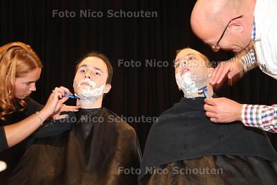 Leraren van het Alfrink krijgen een laatste scheerbeurt van een echte barbier. Zij doen mee aan Movember en laten voor het goede doel hun snor staan - Initiatiefnemer Docent aardrijkskunde Philip Hendriks (r) en Docent geschiedenis Thomas v/d Boogaard zijn de pineut - ZOETERMEER 31 NOVEMBER 2013 - FOTO NICO SCHOUTEN