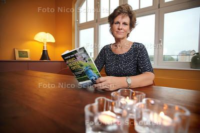 Martje van der Brug heeft een boek, Havo is geen optie, geschreven over een school die gebaseerd is op haar ervaringen met het Rijnlands Lyceum in Wassenaar www.martje.nl - VOORSCHOTEN 25 OKTOBER 2013 - FOTO NICO SCHOUTEN