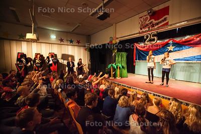 The Voice of Het Palet. Feest van 25-jarig bestaan school - Optreden van gedeelde winnaressen Jenna (l) en Valerie van groep 8 - ZOETERMEER 16 OKTOBER 2013 - FOTOGRAAF NICO SCHOUTEN