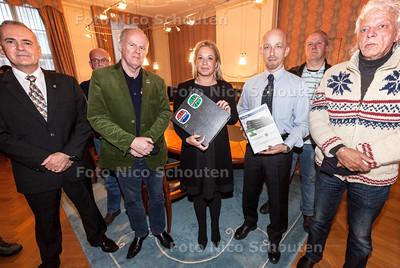 De actiegroep 'Van Ghentkazerne moet blijven' biedt een petitie met 12.000 handtekeningen aan aan minister Hennis van Defensie in Den Haag. De aanbieder Etienne Hennekes komt samen met enkele oud-mariniers naar het departement om e.e.a. aan de bewindsvrouw toe te lichten - DEN HAAG 28 OKTOBER 2013 - FOTOGRAAF NICO SCHOUTEN