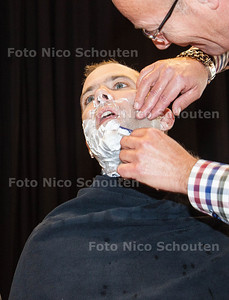 Leraren van het Alfrink krijgen een laatste scheerbeurt van een echte barbier. Zij doen mee aan Movember en laten voor het goede doel hun snor staan - Initiatiefnemer Docent Aardrijkskunde Philip Hendriks is de pineut - ZOETERMEER 31 NOVEMBER 2013 - FOTO NICO SCHOUTEN