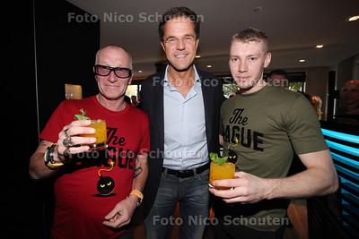 Nachtburgemeester René Bom lanceert eigen cocktail 'The Hague Bomb' in trendy bar SPARK - vlnr Nachtburgemeesters René Bom (Den Haag), Mark Rutte (Minister president) en Michael-John Straatman (cocktail-barman) - DEN HAAG 26 OKTOBER 2013 - FOTOGRAAF NICO SCHOUTEN