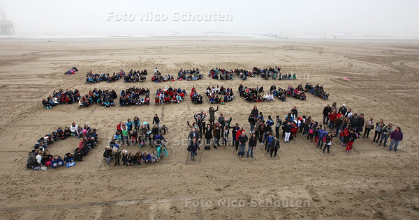 Op initiatief van de Obama Club Nederland verwelkomen 600 Haagse scholieren op vrijdag 18 oktober op het strand van Scheveningen symbolisch president Barack Obama. De leerlingen van de groepen 7 en 8 van verschillende Haagse basisscholen formeren, onder leiding van Fred Zuiderwijk, samen de tekst: 'Welcome President Obama' en zingen een speciaal lied geschreven, gecomponeerd en ter plaatse begeleid door het Michael Varekamp Jazz Combo - DEN HAAG 18 OKTOBER 2013 - FOTOGRAAF NICO SCHOUTEN