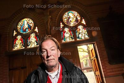 Jeroen Kistemaker bij een glas-in-lood-raam van een Delftse kerk - DELFT 19 OKTOBER 2013 - FOTOGRAAF NICO SCHOUTEN