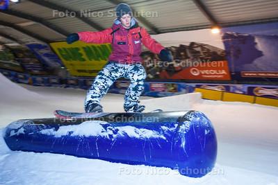 """Funpark Snowworld wordt geopend - Snowboardleraar Lars Meijs laat een truc zien op de """"gastank"""" - ZOETERMEER 13 SEPTEMBER 2013 - FOTO NICO SCHOUTEN"""