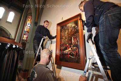 """Schilderij Bartholomeuskerk wordt opgehaald voor restauratie - Het schilderij """"Het martelaasschap van de heilge Bartholomeus"""" wordt door specialisten voorzichtig van de muur gehaald om daarna stevig ingepakt vervoerd te worden naar atalier Boersma voor reatauratie. Daarna zal het geëxposeerd worden in Alkmaar en Amsterdam. In de kerk komt een kopie te hangen - POELDIJK 17 SEPTEMBER 2013 - FOTO NICO SCHOUTEN"""