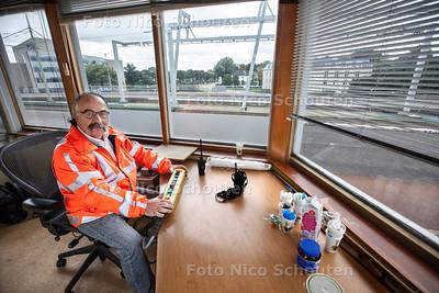De brugwachter (Martin van de Leijgraaf) van de Hoornbrug in Rijswijk is terug van weggeweest. De brug over de Vliet is stuk en daarom is het brugwachtershuisje, dat al jaren leegstaat omdat de brug centraal wordt bediend, nu weer in gebruik genomen - RIJSWIJK 20 SEPTEMBER 2013 - FOTO NICO SCHOUTEN