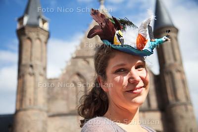 Tweede Kamerlid Loes Ypma uit Woerden trok op prinsjesdag bekijks met haar bijzondere prinsjesdaghoedje met exotische vogels: een creatie van leerlingen van het Hout en Meubilerings College - DEN HAAG 18 SEPTEMBER 2013 - FOTO NICO SCHOUTEN