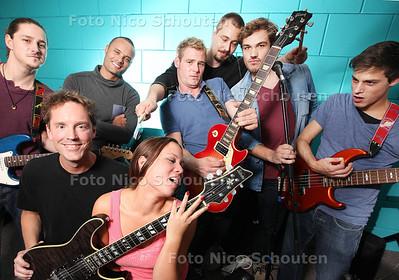 Tom White (midden met rode gitaar) oefent met zijn band in Musicsoulhouse - ZOETERMEER 30 SEPTEMBER 2013 - FOTO NICO SCHOUTEN