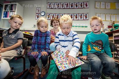 Basisschool De Tjalk ontvangt de 300e leerling - De jarige Floris van Bolhuys krijgr een cadeautje van de school - ZOETERMEER 18 SEPTEMBER 2013 - FOTO NICO SCHOUTEN