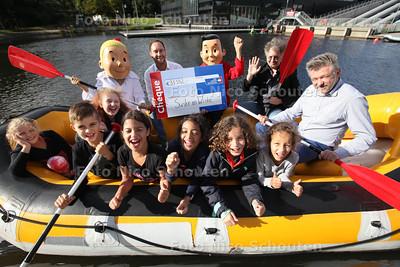 Overhandiging cheque voor kankerbestrijding KWF door Suske en Wiske bij Dutch Water Dreams. Linksl tekenaar Luc Morjaeu (met zonnebri) en auteur Peter van Gucht - ZOETERMEER 11 SEPETEMEBR 2013 - FOTO NICO SCHOUTEN