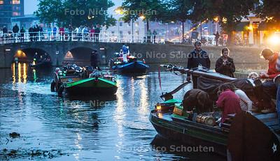 Een tiental historische schepen vaart vanavond door de Delftse grachten - DELFT 13 SEPTEMBER 2013 - FOTO NICO SCHOUTEN